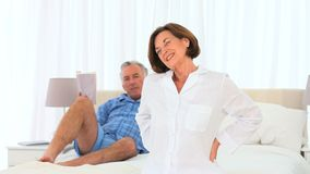 Uomo senior che dà alla sua moglie un massaggio video d archivio