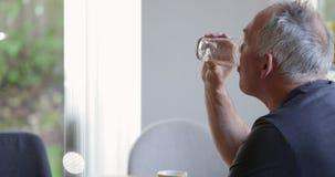 Uomo senior che gode della prima colazione a casa archivi video