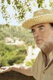Uomo senior che indossa Straw Hat Outdoors Fotografie Stock Libere da Diritti