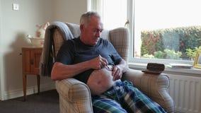 Uomo senior che inietta insulina a casa archivi video