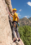 Uomo senior che inizia salita della roccia in Colorado Fotografia Stock Libera da Diritti