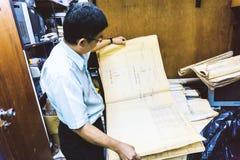 Uomo senior che lavora al suo progetto di costruzione al construc del sito della stanza Fotografia Stock Libera da Diritti