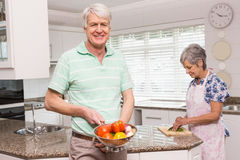 Uomo senior che mostra colapasta delle verdure Immagine Stock