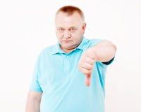 Uomo senior che mostra pollice giù sopra bianco Immagini Stock