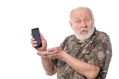 Uomo senior che mostra qualcosa allo schermo dello smartphone, isolato su bianco Fotografie Stock