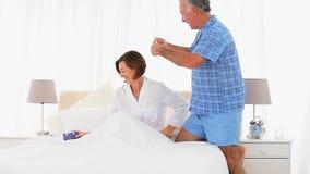 Uomo senior che offre un presente alla sua moglie stock footage