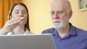 Uomo senior che parla con consulente finanziario Cliente senior di spiegazione del consulente femminile il suo fondo pensioni stock footage