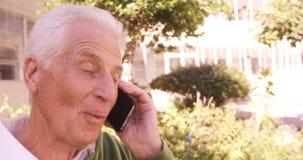 Uomo senior che parla sul telefono cellulare stock footage