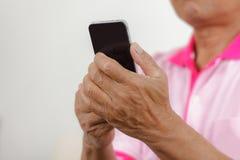 Uomo senior che per mezzo del telefono Fotografia Stock Libera da Diritti