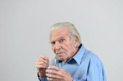 Uomo senior che prende la dose prescritta di medicina Immagini Stock Libere da Diritti