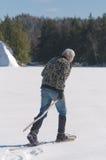 Uomo senior che si esercita sul lago Immagini Stock