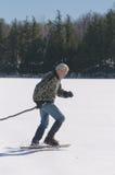Uomo senior che si esercita sul lago Immagine Stock