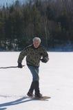 Uomo senior che si esercita sul lago Fotografia Stock
