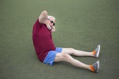 Uomo senior che si esercita in uno stadio aperto Fotografia Stock