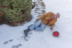 Uomo senior che slitta sul ghiaccio sul suo passaggio pedonale Fotografie Stock