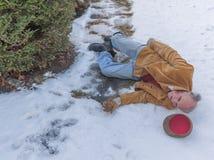 Uomo senior che slitta sul ghiaccio sul suo passaggio pedonale Immagine Stock Libera da Diritti