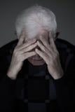 Uomo senior che soffre dalla depressione profonda Fotografia Stock Libera da Diritti