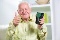 Uomo senior che tiene disco rigido Immagini Stock Libere da Diritti