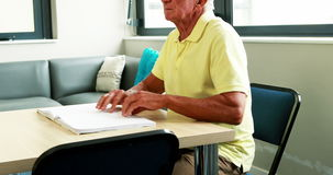 Uomo senior cieco che legge un libro archivi video