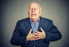 Uomo senior con attacco di cuore fotografie stock libere da diritti