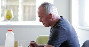 Uomo senior con diabete che gode della prima colazione archivi video