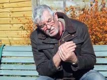 Uomo senior con dolore della mano. fotografia stock