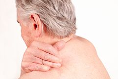 Uomo senior con dolore in indietro isolato su più bianco immagini stock