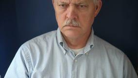 Uomo senior con dolore toracico video d archivio