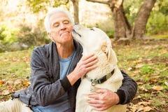 Uomo senior con il suo cane in parco fotografia stock libera da diritti
