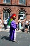 Uomo senior con l'ombrello dell'arcobaleno a Brighton fotografia stock libera da diritti