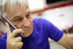Uomo senior con lo smartphone Fotografie Stock Libere da Diritti