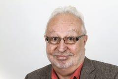 Uomo senior dai capelli bianco con sorridere di vetro felice fotografie stock libere da diritti