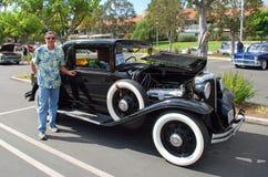 Uomo senior dal suo Lincoln Coupe classico 1933 Fotografia Stock Libera da Diritti