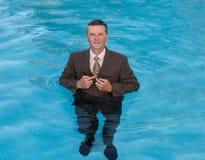 Uomo senior di affari in acqua profonda fotografie stock