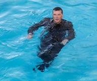 Uomo senior di affari in acqua profonda fotografia stock