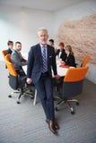 Uomo senior di affari con il suo gruppo all'ufficio Fotografia Stock Libera da Diritti