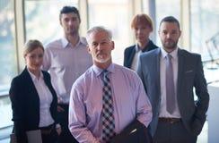 Uomo senior di affari con il suo gruppo all'ufficio Immagine Stock