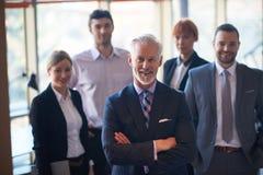 Uomo senior di affari con il suo gruppo all'ufficio Immagini Stock