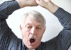 Uomo senior di sbadiglio Fotografia Stock
