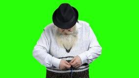 Uomo senior disperato che si misura con nastro adesivo di misurazione video d archivio