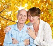 Uomo senior, donna con il loro badante a casa. fotografia stock libera da diritti