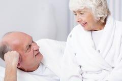 Uomo senior e moglie cara fotografia stock libera da diritti