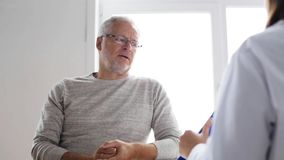 Uomo senior e riunione di medico all'ospedale 48 archivi video