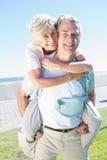Uomo senior felice che dà al suo partner un a due vie immagini stock libere da diritti