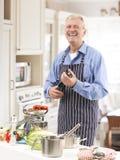 Uomo senior nella cucina Fotografie Stock Libere da Diritti