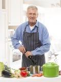 Uomo senior nella cucina Fotografia Stock Libera da Diritti