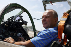 Uomo senior nella cabina di pilotaggio del combattente Immagini Stock Libere da Diritti