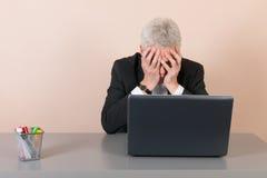 Uomo senior preoccupato all'ufficio immagini stock