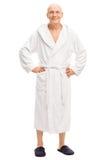 Uomo senior rilassato in un accappatoio bianco Fotografie Stock Libere da Diritti