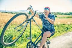 Uomo senior sulla bici fotografia stock